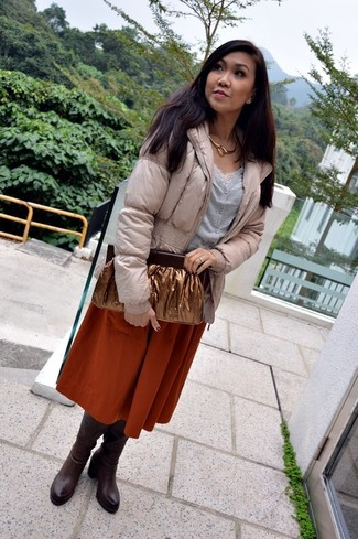 Cómo combinar: plumífero en beige, cárdigan gris, camiseta sin manga de encaje blanca, falda campana naranja