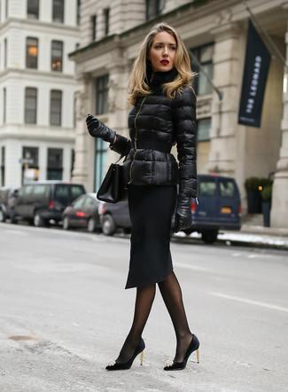 Cómo combinar: plumífero negro, falda lápiz negra, zapatos de tacón de satén con adornos negros, cartera sobre de cuero negra