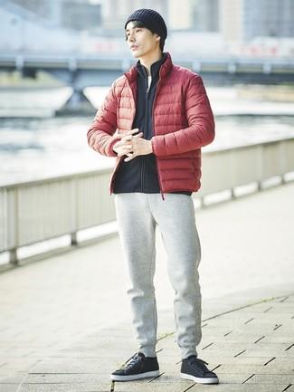 Cómo combinar: plumífero rojo, jersey con cremallera de forro polar negro, camiseta con cuello circular blanca, pantalón de chándal gris
