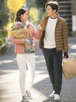 Cómo combinar: plumífero marrón, jersey con cuello circular blanco, camisa de manga larga de tartán gris, pantalón chino en gris oscuro
