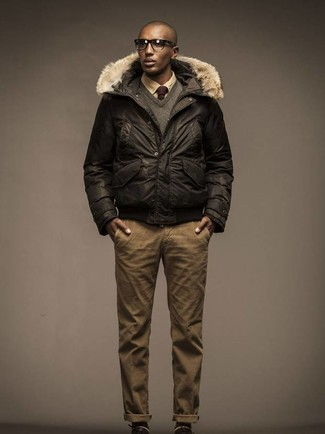 Cómo combinar: plumífero en marrón oscuro, jersey de pico gris, camisa de vestir marrón claro, pantalón chino marrón claro
