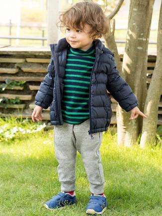 Cómo combinar: plumífero azul marino, jersey de rayas horizontales azul marino, pantalón de chándal gris, zapatillas azules
