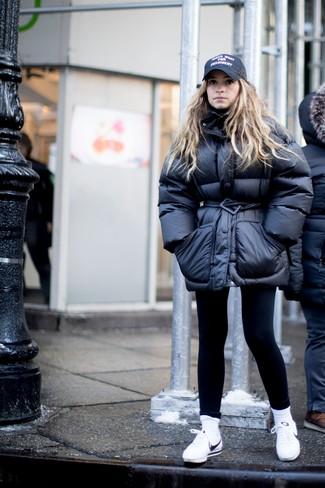 Si eres el tipo de chica de jeans y camiseta, te va a gustar la combinación de un plumífero negro de Diesel y unos leggings negros. Este atuendo se complementa perfectamente con tenis de cuero blancos.