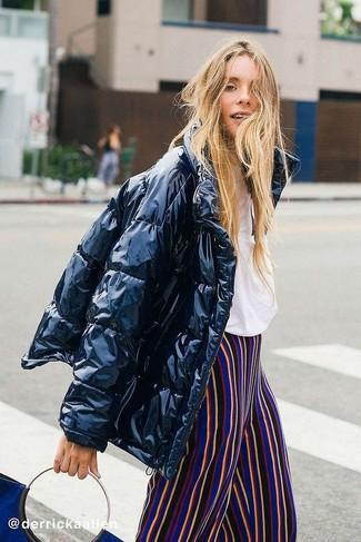 Cómo combinar: plumífero negro, camiseta con cuello circular blanca, pantalones anchos de rayas verticales en multicolor, bolsa tote de ante azul marino