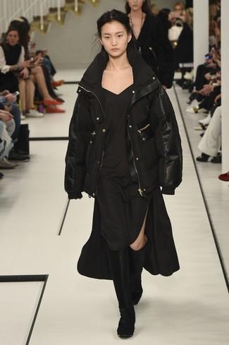 Cómo combinar: plumífero negro, vestido camisola negro, botas de caña alta de terciopelo negras