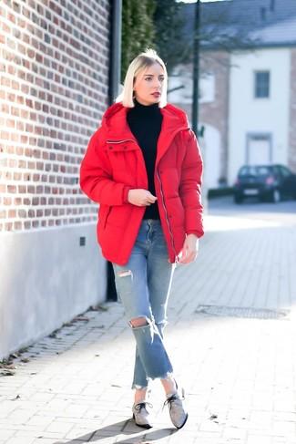 Cómo combinar: plumífero rojo, jersey de cuello alto negro, vaqueros desgastados celestes, zapatos oxford de lona grises