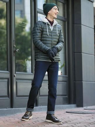 Intenta ponerse un plumífero verde oscuro y unos vaqueros azul marino para crear un estilo informal elegante. Complementa tu atuendo con botas casual de cuero negras.
