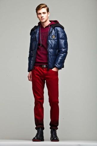 Cómo combinar: plumífero azul marino, sudadera con capucha estampada burdeos, vaqueros rojos, botas casual de cuero negras