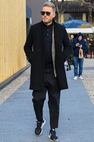 Combinar unas gafas de sol verde oscuro: Un abrigo largo negro y unas gafas de sol verde oscuro son una gran fórmula de vestimenta para tener en tu clóset. Si no quieres vestir totalmente formal, usa un par de deportivas negras.