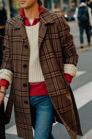 Cómo combinar: camiseta con cuello circular blanca, polo de manga larga rojo, jersey con cuello circular de punto en beige, abrigo largo de tartán marrón