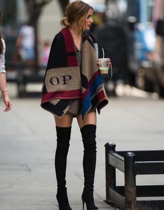 Look de Olivia Palermo: Poncho a Cuadros en Multicolor, Camisa de Vestir a Cuadros Verde Oscuro, Pantalones Cortos de Lana a Cuadros Marrónes, Botas sobre la Rodilla de Ante Negras