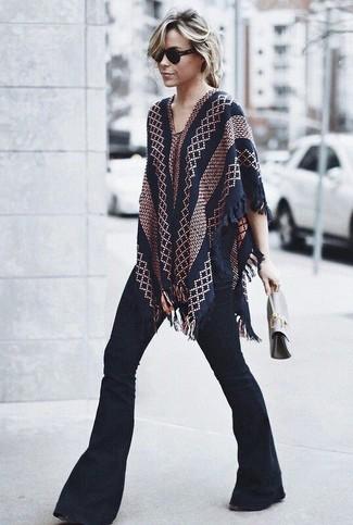 Ponte un poncho estampado azul marino y unos vaqueros de campana negros de mujeres de Rag & Bone para conseguir una apariencia glamurosa y elegante.