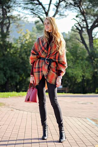 Si eres el tipo de chica de jeans y camiseta, te va a gustar la combinación de un poncho de tartán rojo y unos vaqueros pitillo negros. Botines de cuero negros añaden la elegancia necesaria ya que, de otra forma, es un look simple.