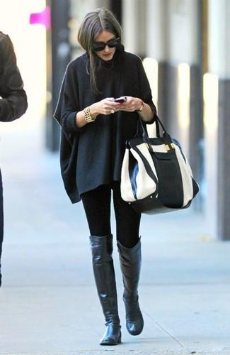 Look de Olivia Palermo: Poncho en Gris Oscuro, Leggings Negros, Botas sobre la Rodilla de Cuero Negras, Bolsa Tote de Cuero en Blanco y Negro