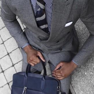 Cómo combinar: corbata de rayas horizontales azul marino, portafolio de cuero azul marino, camisa de vestir de cuadro vichy en blanco y azul marino, traje gris