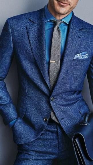 Cómo combinar: corbata de lana gris, portafolio de cuero azul, camisa vaquera azul, traje de lana azul
