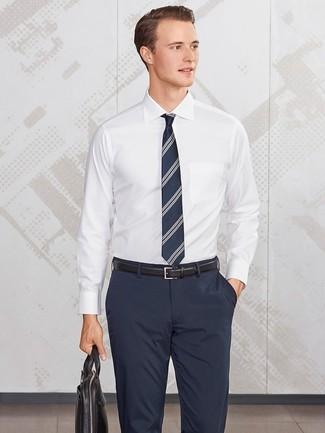 Cómo combinar: corbata de rayas verticales azul marino, portafolio de cuero negro, pantalón de vestir azul marino, camisa de vestir blanca