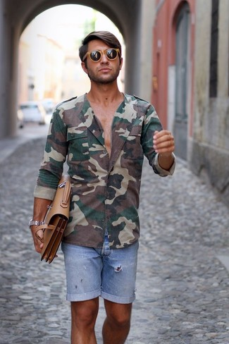 Cómo combinar: gafas de sol marrón claro, portafolio de cuero marrón claro, pantalones cortos vaqueros celestes, camisa de manga larga de camuflaje verde oscuro