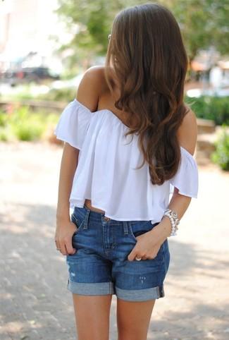 Cómo combinar: pulsera blanca, pantalones cortos vaqueros desgastados azules, top con hombros descubiertos blanco