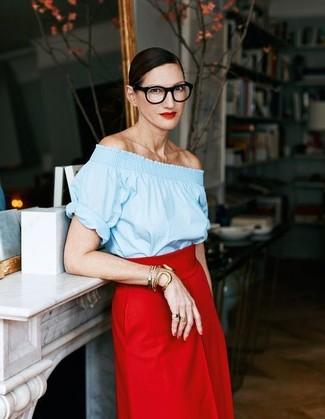 Cómo combinar: pulsera dorada, falda midi roja, top con hombros descubiertos celeste