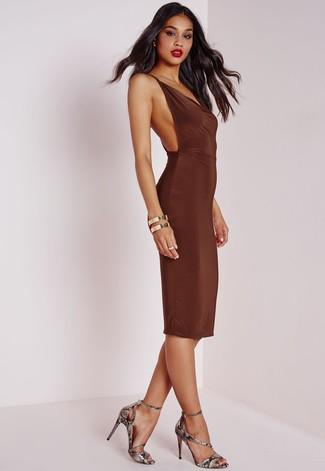 Cómo combinar: pulsera dorada, sandalias de tacón de cuero con print de serpiente grises, vestido ajustado en marrón oscuro