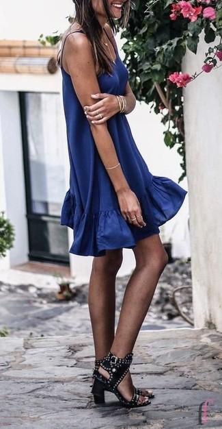 Cómo combinar: pulsera dorada, sandalias de tacón de cuero con tachuelas negras, vestido amplio azul marino