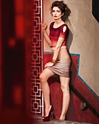 Cómo combinar: pulsera dorada, zapatos de tacón de ante burdeos, vestido ajustado ombre rojo