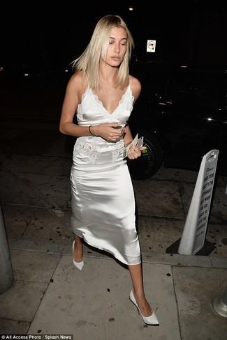 Outfits mujeres: Para crear una apariencia para un almuerzo con amigos en el fin de semana intenta ponerse un vestido camisola de satén blanco. Un par de zapatos de tacón de cuero blancos se integra perfectamente con diversos looks.