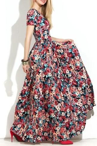 Combinar un vestido largo con print de flores en multicolor: Para un atuendo tan cómodo como tu sillón ponte un vestido largo con print de flores en multicolor. Zapatos de tacón de cuero rojos son una opción excelente para complementar tu atuendo.