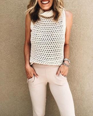 Cómo combinar: reloj plateado, pulsera plateada, pantalón de chándal en beige, blusa sin mangas de punto blanca