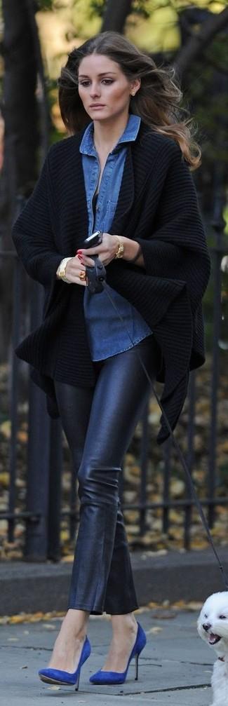 Look de Olivia Palermo: Quimono de Punto Negro, Camisa Vaquera Azul, Pantalones Pitillo de Cuero Negros, Zapatos de Tacón de Ante Azules