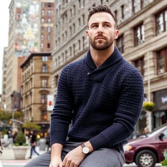 Cómo combinar: reloj de cuero en marrón oscuro, pantalón de vestir gris, jersey con cuello chal azul marino