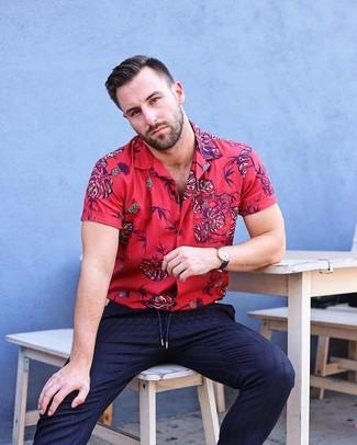 Cómo combinar: reloj de cuero negro, pantalón de vestir de rayas verticales azul marino, camisa de manga corta con print de flores roja