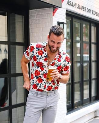 Cómo combinar: reloj de lona rojo, pantalón chino gris, camisa de manga corta con print de flores blanca