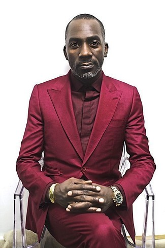 Combinar un traje rojo: Utiliza un traje rojo y una camisa de vestir burdeos para un perfil clásico y refinado.
