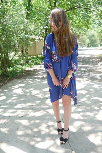 Cómo combinar: reloj dorado, sandalias con cuña de lona negras, vestido amplio con print de flores azul