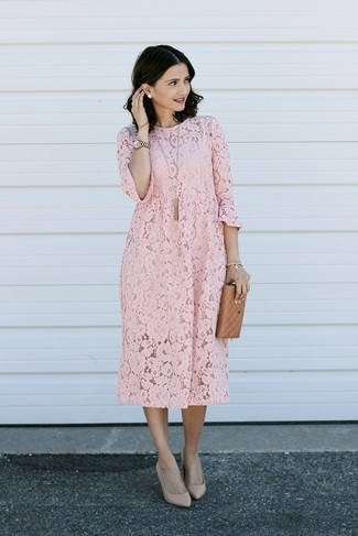 Cómo combinar: colgante dorado, reloj dorado, zapatos de tacón de cuero en beige, vestido recto de encaje rosado