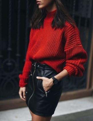 Cómo combinar: reloj negro, minifalda de cuero negra, jersey de cuello alto de lana de punto rojo