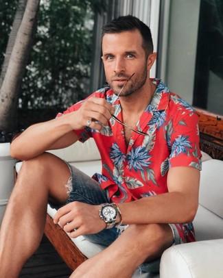 Cómo combinar: reloj plateado, pantalones cortos vaqueros azul marino, camisa de manga corta con print de flores roja