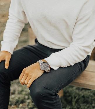 Cómo combinar: reloj plateado, vaqueros negros, jersey con cuello circular blanco