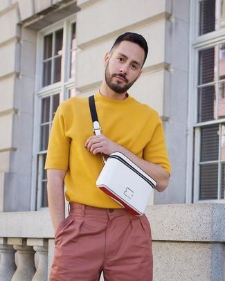 Cómo combinar: riñonera blanca, pantalón chino rosado, camiseta con cuello circular de punto mostaza