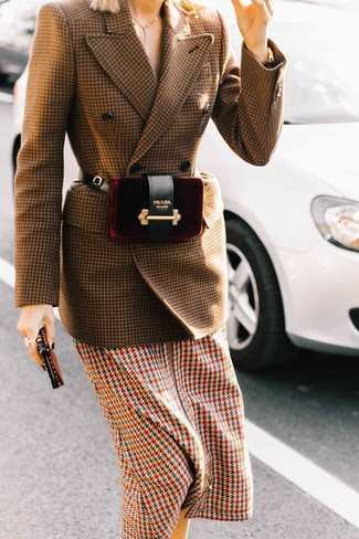 Outfits mujeres: Para un atuendo que esté lleno de caracter y personalidad empareja un blazer cruzado de lana de pata de gallo marrón con un vestido midi de pata de gallo en multicolor.