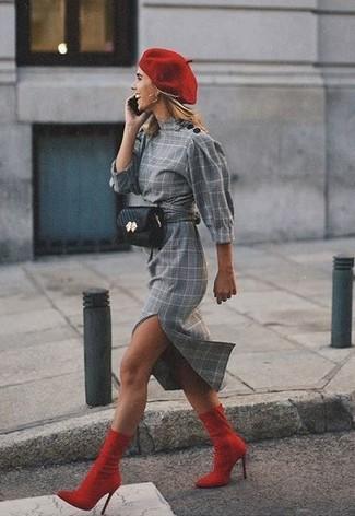 Cómo combinar: boina roja, riñonera de cuero negra, botines de elástico rojos, vestido tubo de tartán gris