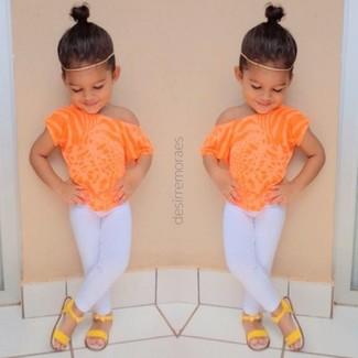 Cómo combinar: sandalias amarillas, leggings blancos, camiseta naranja