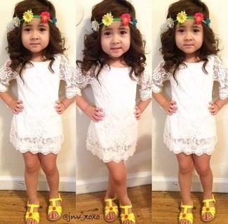 Cómo combinar: sandalias amarillas, vestido de encaje blanco
