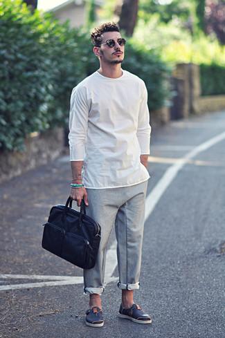 Cómo combinar: portafolio de cuero azul marino, sandalias de cuero azul marino, pantalón chino gris, camiseta de manga larga blanca
