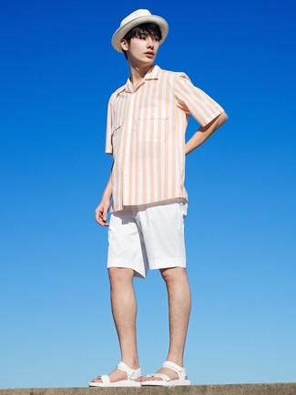 Cómo combinar: sombrero de paja blanco, sandalias de cuero blancas, pantalones cortos blancos, camisa de manga corta de rayas verticales blanca