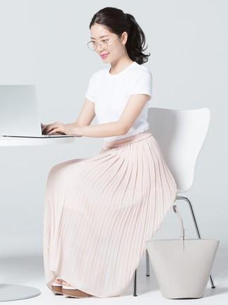 Cómo combinar: bolsa tote de cuero gris, sandalias con cuña de cuero blancas, falda larga plisada rosada, camiseta con cuello circular blanca