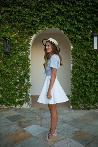 Cómo combinar: sombrero de paja en beige, sandalias con cuña de lona celestes, falda skater blanca, camisa de manga corta celeste