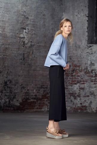 Cómo combinar: sandalias con cuña de cuero marrón claro, pantalones anchos negros, jersey oversized celeste